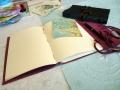 handgebundene Lederbücher braun und rot aufgeschlagen A5 mit Lederband zum Verschließen