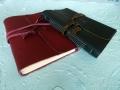 handgebundene Lederbücher rot und braun mit vierlagiger Rückenstichheftung
